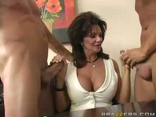 Breasty मिल्फ deauxma engulfing पर 2 बड़ा कठिन boner