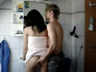 Amateur tiener geneukt hard in een badkamer video-