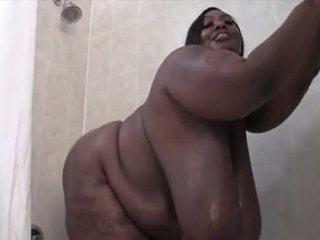 Enormt mes svart ssbbw washes henne sexxy kropp
