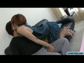 সুদৃশ্য এশিয়ান তরুণী moe aizawa একসঙ্গে সঙ্গে তার lover উপর ঐ সোফা