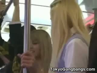 白 coeds 在 tokyo subway!