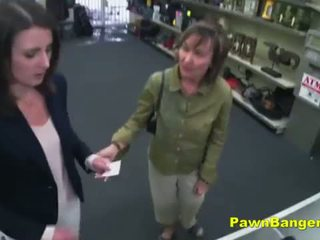 Dễ dàng khách hàng takes con gà trống trong cô ấy tóc rậm lồn vì dollars
