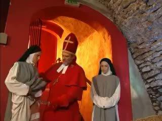 Priest teaches nuns hoe naar neuken met speelbal video-