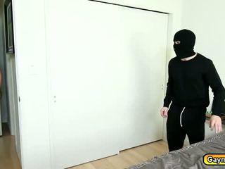 جنسي قناع intruder getting له قضيب مص