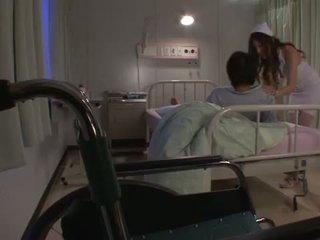 Erotisch verpleegster yuna shiina has een cumload terwijl ze pees