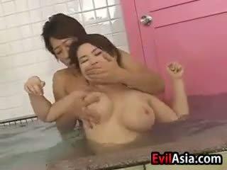 Asiatiskapojke mes fan vid den bastu