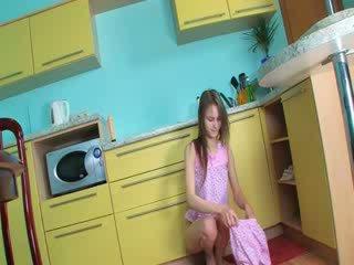 Poesje finger en dildoing in keuken