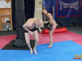 Engel rivas beating loser door de gym in boksen handschoenen