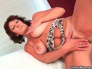 Babka s veľký kozy finger fucks ju chlpaté pička