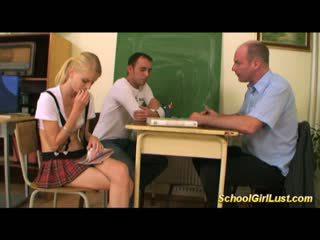 Uzbudinātas nerātnas skolniece uz mežonīga trijatā