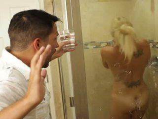 Blonde agréable nana charlee chase loves baise dedans bathrooms