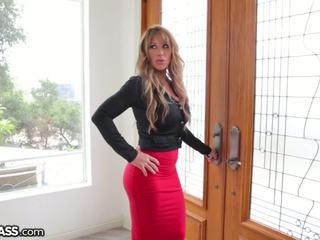 Slutty betje eje surprises daughters boyfriend in duş