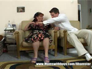 Mature dame rewards garçon pour nettoyage