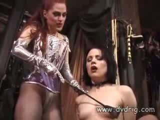 Lésbica bitches boo dilicious charlie e lili anne forma um sexo chain sticking borracha dildos em cada outros conas