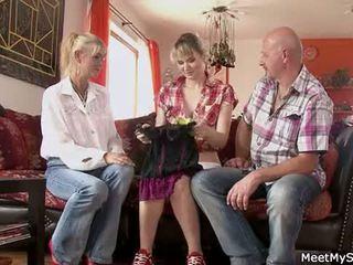 Karštas mama ir tėtis ( parents) padaryti jų dukra nuogas ir turėti seksas