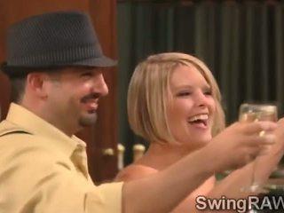 Kuuma blondies ja jotkut drinks vuoro tämä todellisuus sisään a xxx swingers show