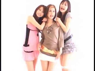Азіатська дівчинки swallowing