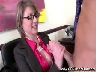 Two chick guys krijgen blown bij thier kantoor door milfs