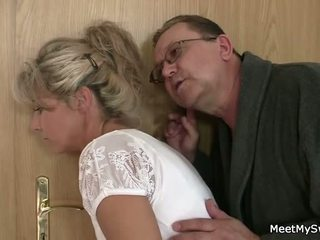 הוא leaves ו - ישן parents seduces שלו yummy gf