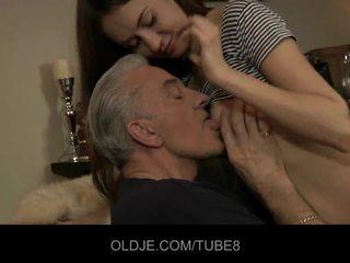 Teeny краля having анал секс з старий guy