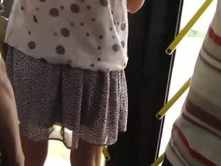Spying op een heet meisje bij de bus