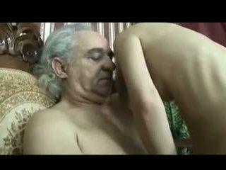 Lány gondoskodás a disabled régi férfi