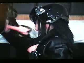 Giving um broche com motorcycle helmet vídeo