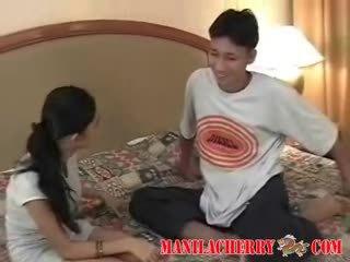 Tenåring lesbiske fra manila cherry licking barbert virgin fitte