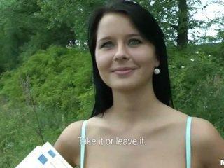 Tjeckiska flicka mia boned och facial för kontanter