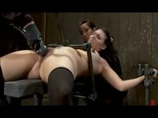 Verdzība fetišs trijatā ar spēļmantas