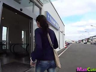Mallcuties - 아마추어 소녀 sucks a stranger 에 a 가게.