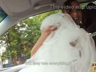 Stranded bruid fucks in huwelijk gown door stranger