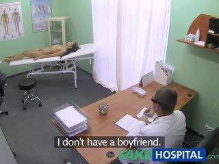 Fakehospital e hollë e dobët i ri student cums në për kontrolloj lart gets the doctors derdhje jashtë