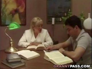 Nenek guru flirts dengan beliau murid, lucah 75
