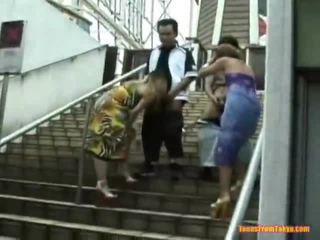 Warga asia tamparan kerja onto yang stairs