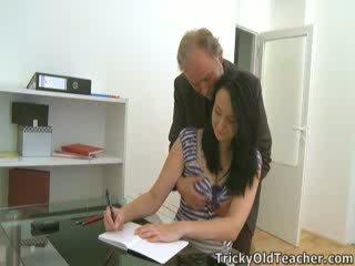 Tiffany a diáklány gives út hogy neki teacher's advances