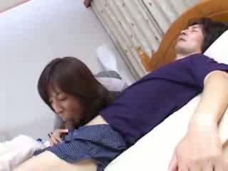 Japanska momen sneaks till husbands kusin säng video-