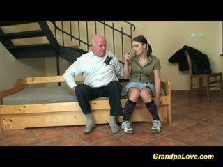 Morfar i kärlek med ung tonårs
