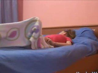 Sleepy adoleshent rubbing të saj klitorisi