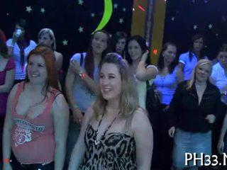 Lots ng grupong pakikipagtalik sa isang tao sa dance sahig