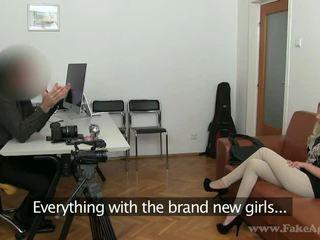 スリム ブロンド julia enjoys 彼女の ポルノの tryout