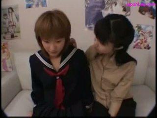 Skolniece skūpstošie ar viņai skolotāja getting viņai krūšgali zīst