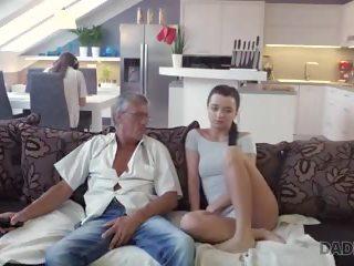 Daddy4k vecs un jauns lovers būt spontaneous sekss aiz