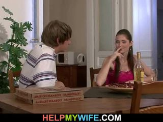 Old man pays a pica oseba da bump njegov teenaged žena