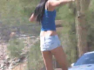 Cornine skateboards in haar pants