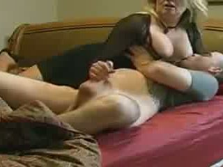 Mama helps ne ji stepson v postelja