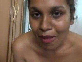 Aunty larje në front i the camera dhe massing të saj i madh bythë