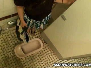 아시아의 여학생 masturbates 에 그녀의 schools 욕실