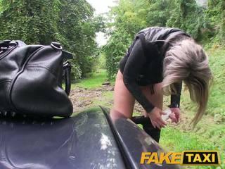 Faketaxi blondynka laska fucked w jej trochę cipka z majteczki około stopy