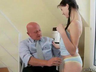 Lovely tenåring fucks veldig gammel bestefar